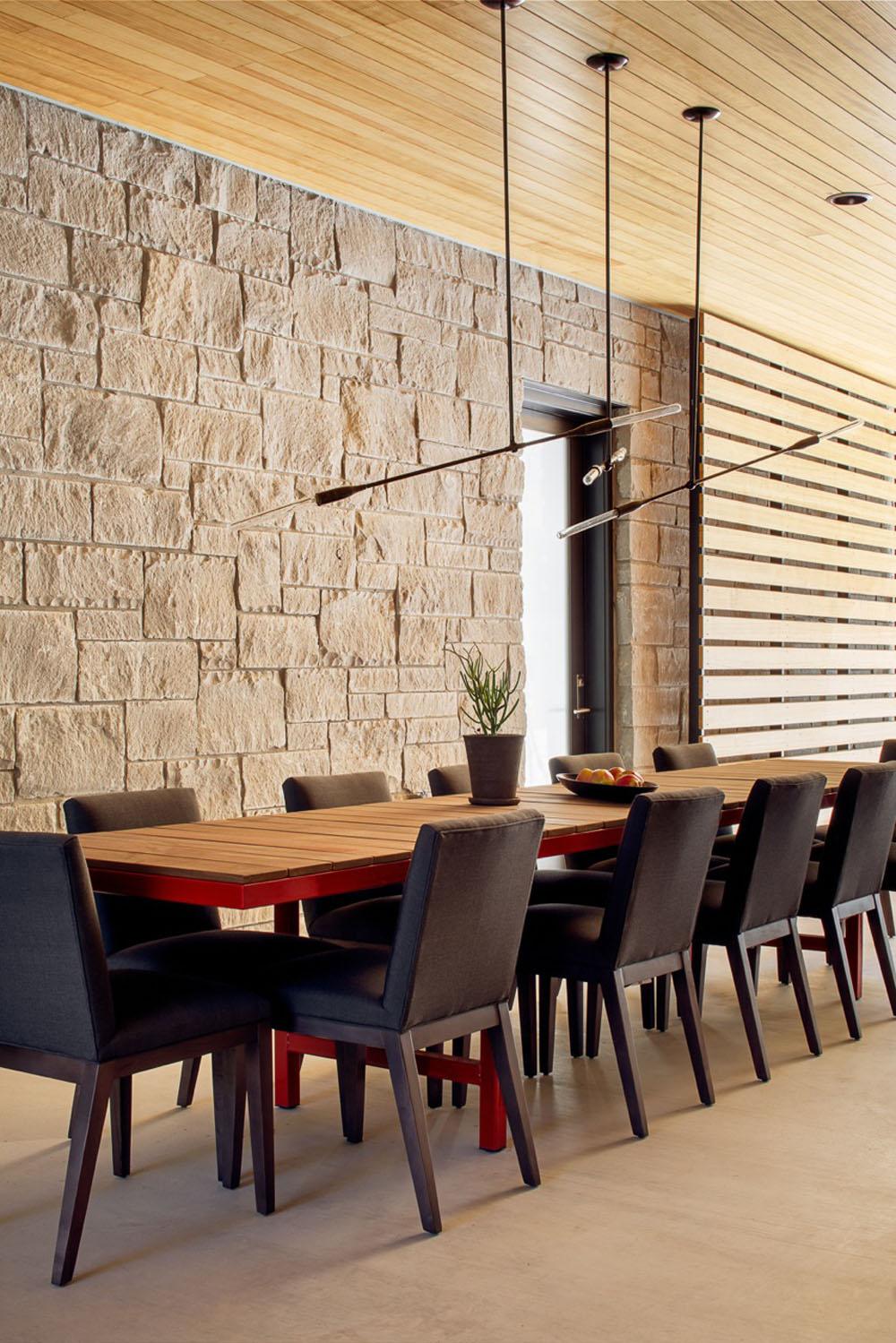 Dise o de casa de un piso con fachada en piedra y madera for Piedra para decorar paredes interiores