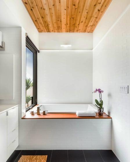 Diseño de cuarto de baño con techo de madera, vista de la tina