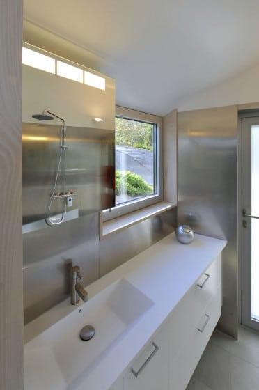 Diseño de cuarto de baño con paredes de metal