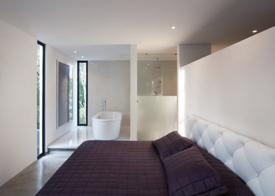 Diseño de dormitorio principal con baño y tina