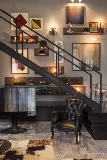 Diseño de escalera de  metal en apartamento