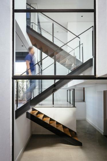 Diseño de escaleras de hierro y madera para casa