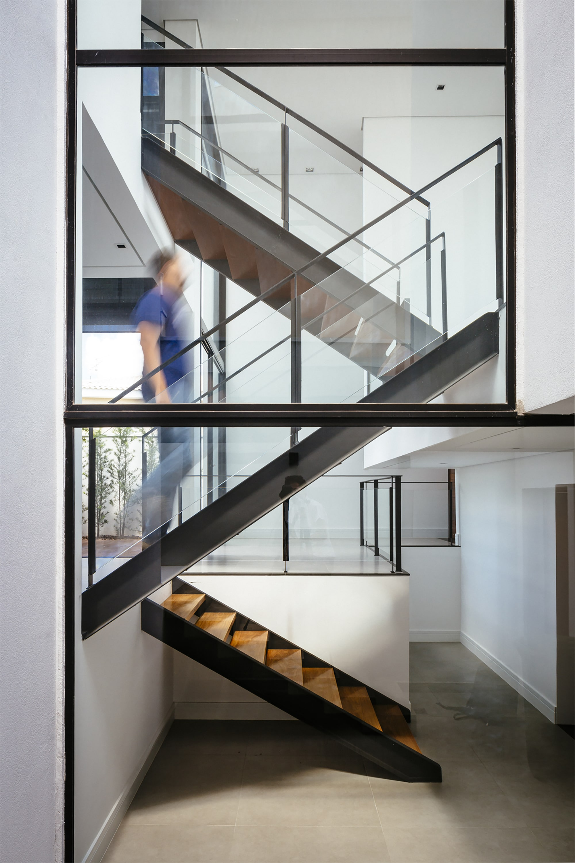 Dise o de moderna casa de dos pisos con fachada y planos for Tipos de escaleras para casas de 2 pisos