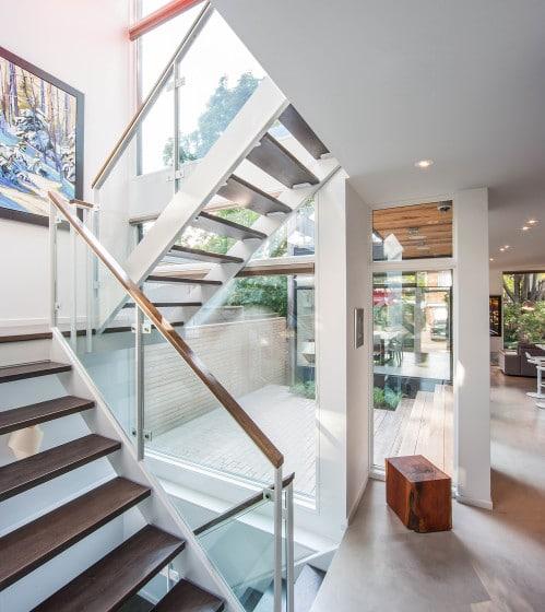 Diseño de escaleras con peldaños  madera y metal