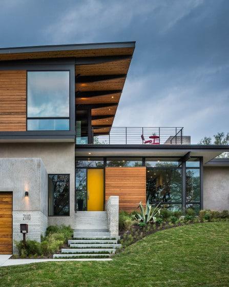 Diseño de moderna fachada de casa de dos pisos con terraza