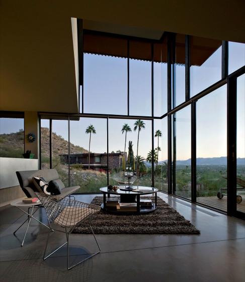 Diseño de interiores de sala con grandes ventanales