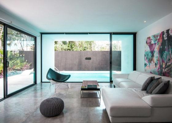 Diseño de interiores de sala minimalista con sillones y muebles