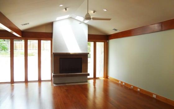 Diseño de interiores de sala pequeña con pisos de madera y chimenea