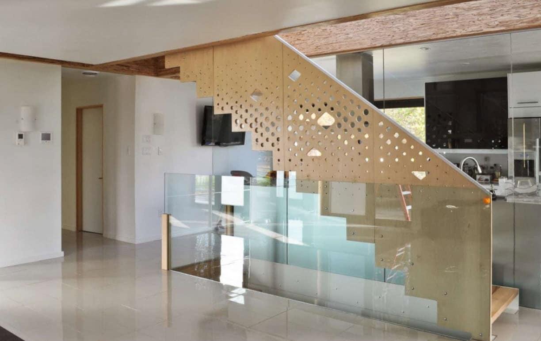 Dise o de casa pasiva de dos pisos fachada y planos for Tipos de escaleras para casas de 2 pisos