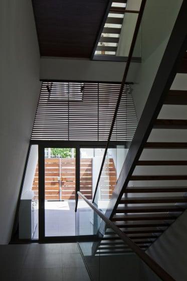 Diseño de puerta  triangular de cristal
