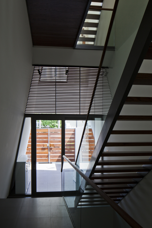 Dise o de casa moderna de tres pisos planos y fachada for Escaleras para tres pisos