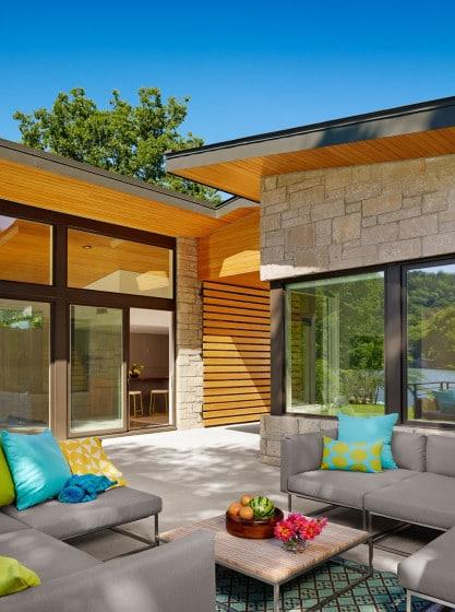 Diseño de terraza con paredes de piedra y madera de pino amarillo