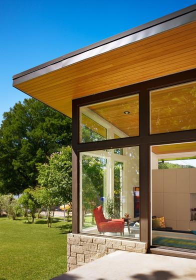 Diseño de ventana con marcos anchos de madera