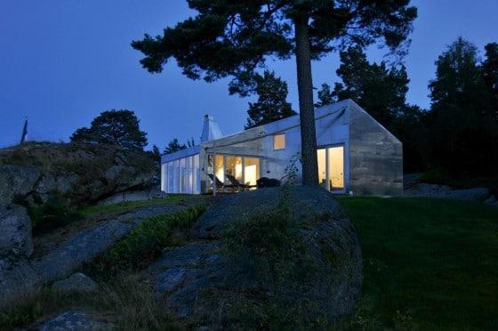 Fachada de casa de aluminio por la noche