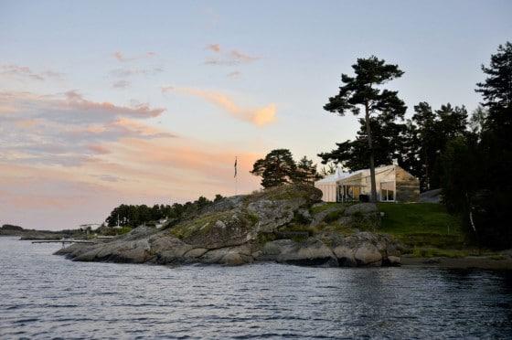 Fachada de casa de metal vista desde el mar