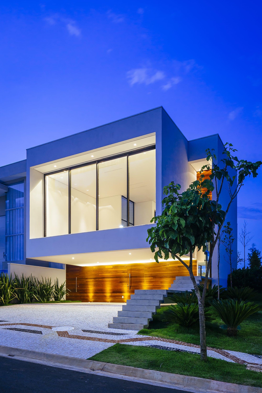 Dise o de moderna casa de dos pisos con fachada y planos for Ambientes de una casa moderna