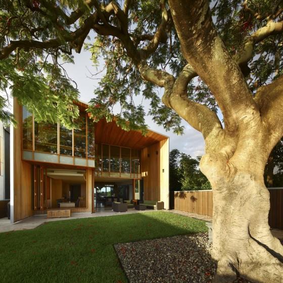 Moderna fachada de casa dos plantas enchapada de madera