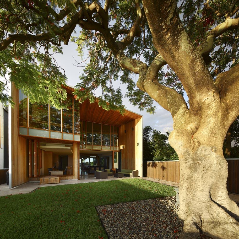 Dise o de casa moderna de dos plantas fachada e interiores for Casa de dos plantas construyehogar