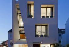 Photo of Diseño de casa moderna de tres pisos, fachada destaca del resto de viviendas vecinas