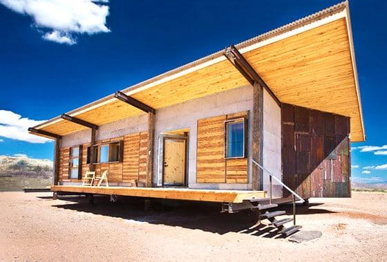 Diseño de fachada de casa pequeña reciclada de madera y ladrillo