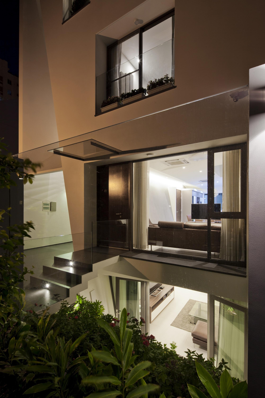 Dise o de casa moderna de tres pisos planos y fachada for Fachadas de casas de 3 pisos