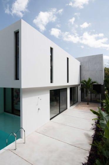 Fachada lateral de casa minimalista de dos plantas