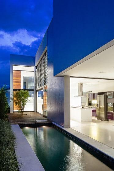 Fachada lateral de casa moderna con piscina