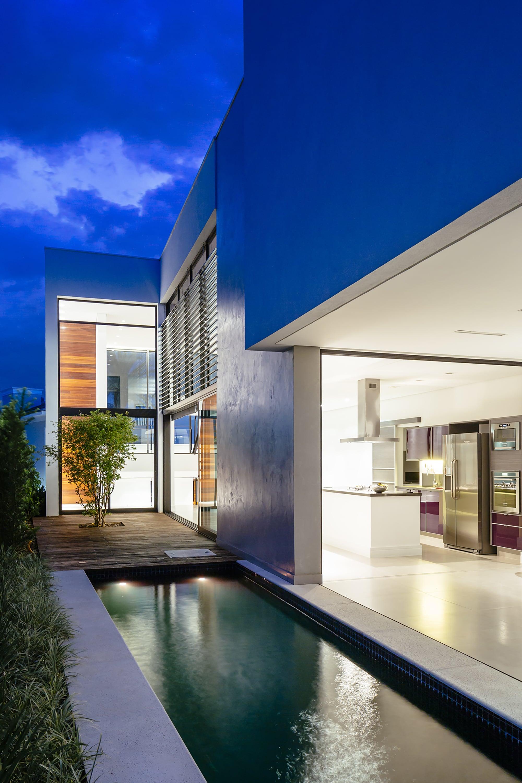 Dise o de moderna casa de dos pisos con fachada y planos for Diseno de piletas modernas