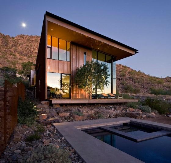 Fachada moderna de casa de dos pisos con enchapado de madera