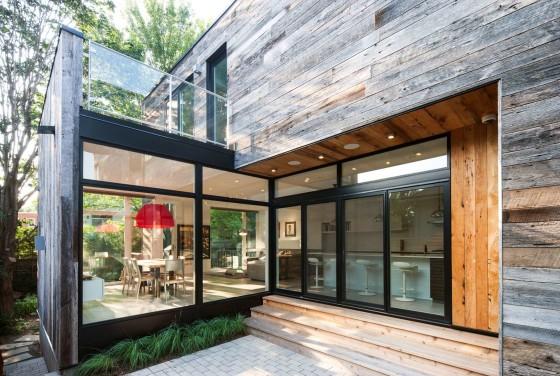 Fachada posterior de madera de casa de dos plantas