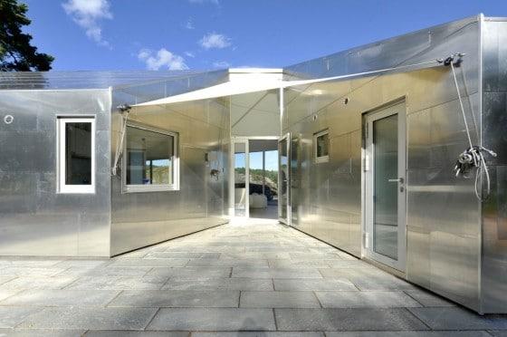 Ingreso principal a casa de aluminio
