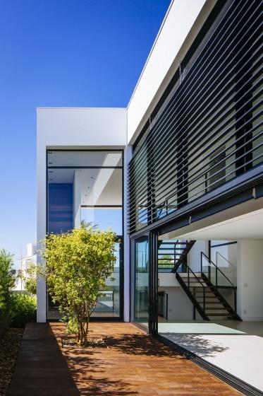 Moderna fachada lateral de casa de dos pisos
