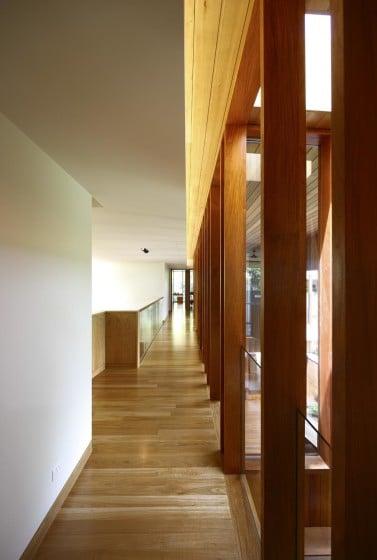 Pasadizo con piso de madera natural