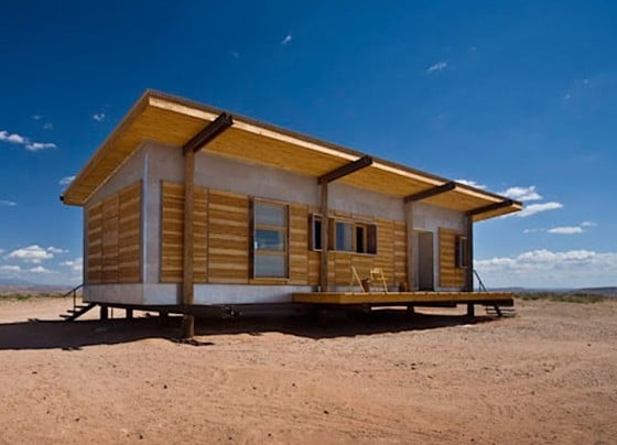 Perspectiva de casa construida con varios materiales reciclados
