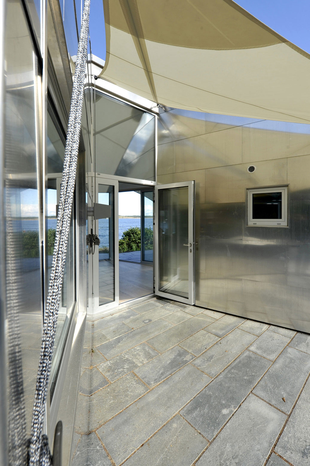 Dise o de moderna casa de metal de un piso m s planos for Tirol en techos de casas