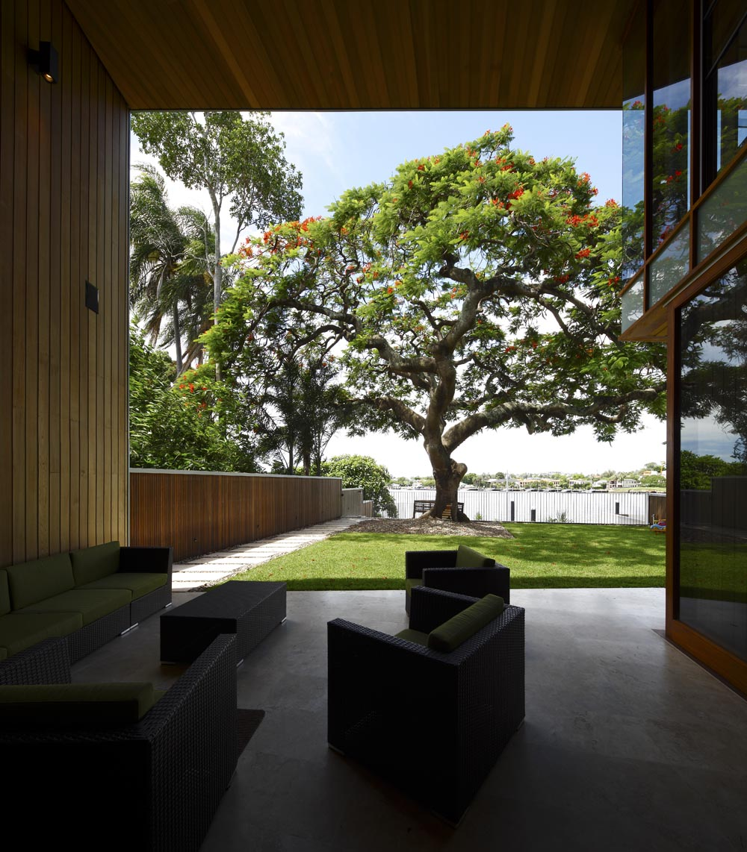 Dise o de casa moderna de dos plantas fachada e for Diseno casa y jardin