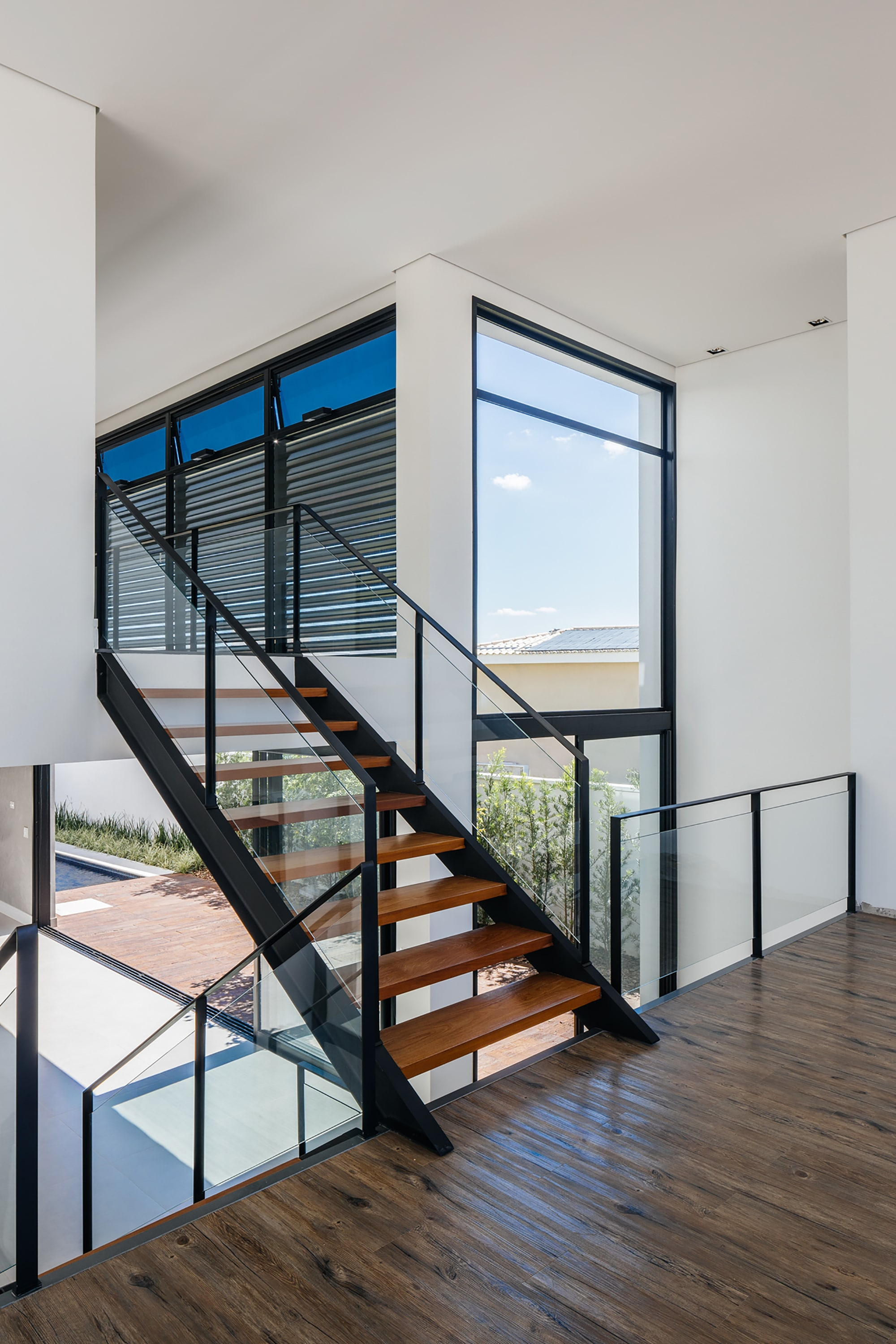 Dise o de moderna casa de dos pisos con fachada y planos for Gradas interiores para casas