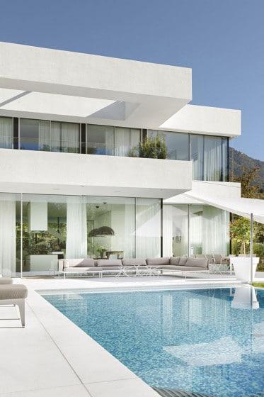 Casa de dos pisos con piscina