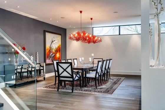 Decoración de interiores de comedor con lámparas de techo