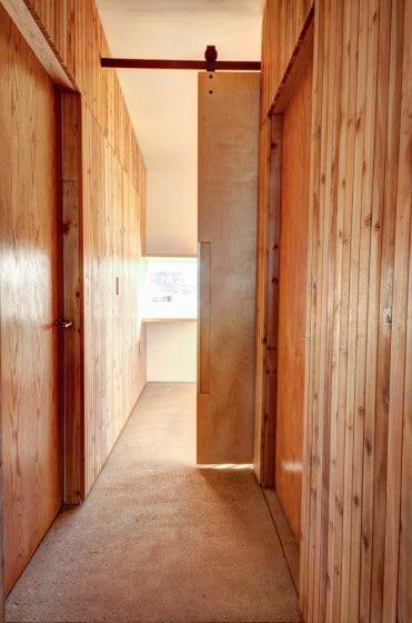 Detalle de paredes de madera y piso de hormigón