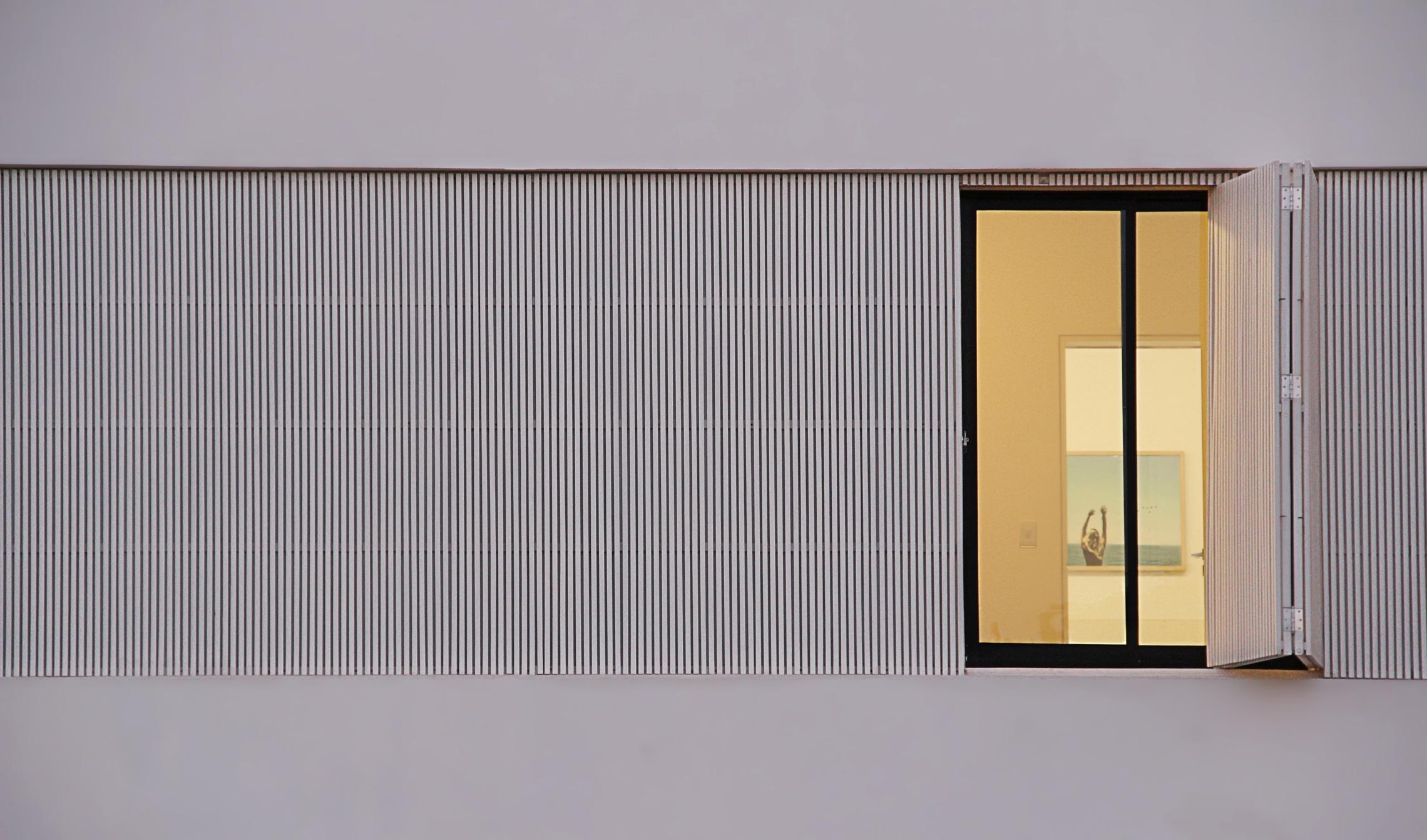 Sencilla casa de dos pisos con planos y dise o de interiores for Ventanas con persianas incorporadas