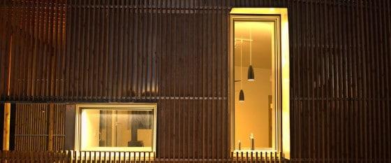 Detalles de fachada con varillas de madera