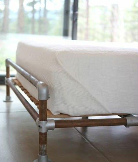Diseño de cama con tubos reciclados