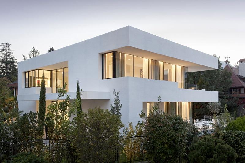 Moderna casa de dos pisos con piscina for Disenos de casas 2 pisos