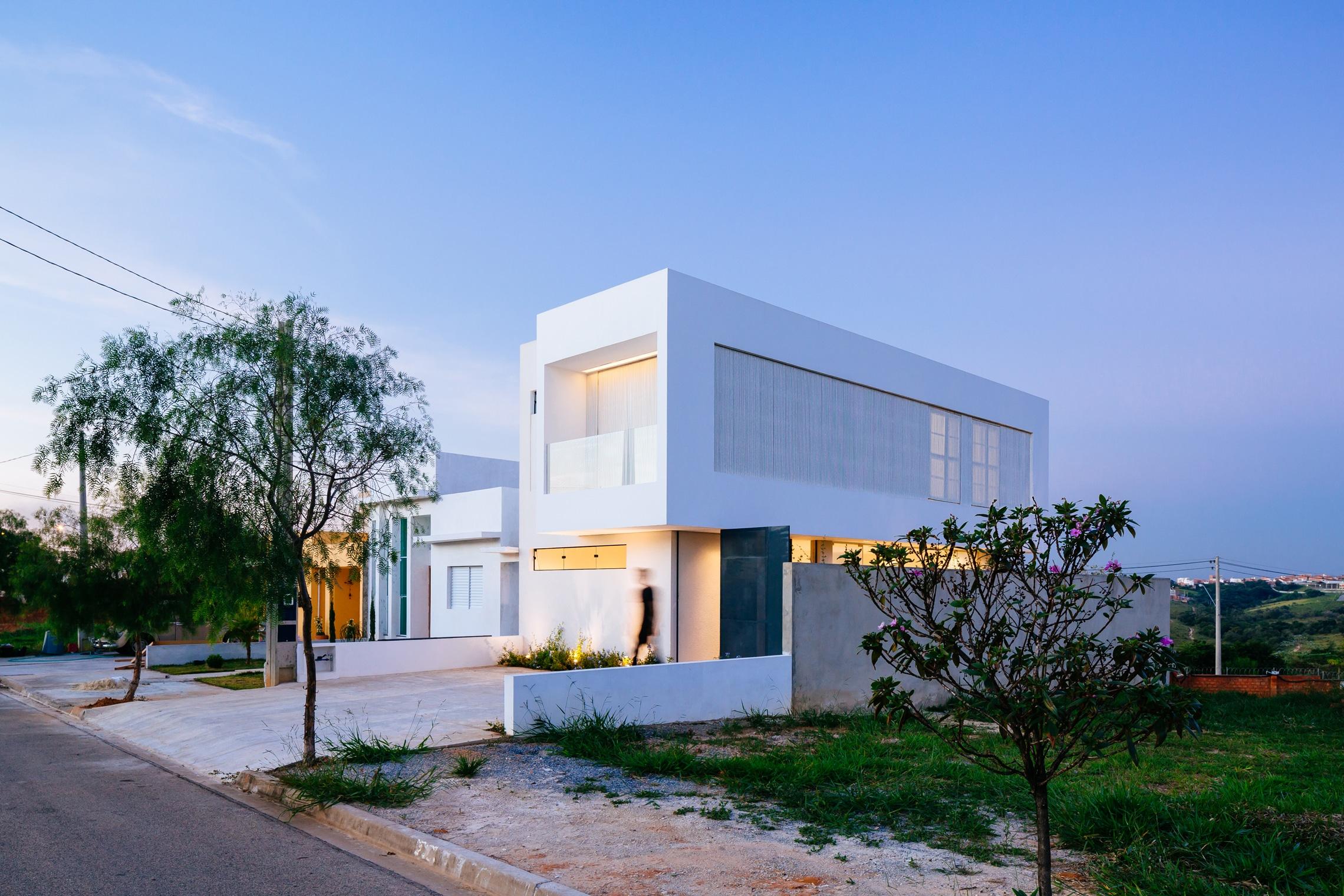 Sencilla casa de dos pisos con planos y dise o de interiores for Casa minimalista grande