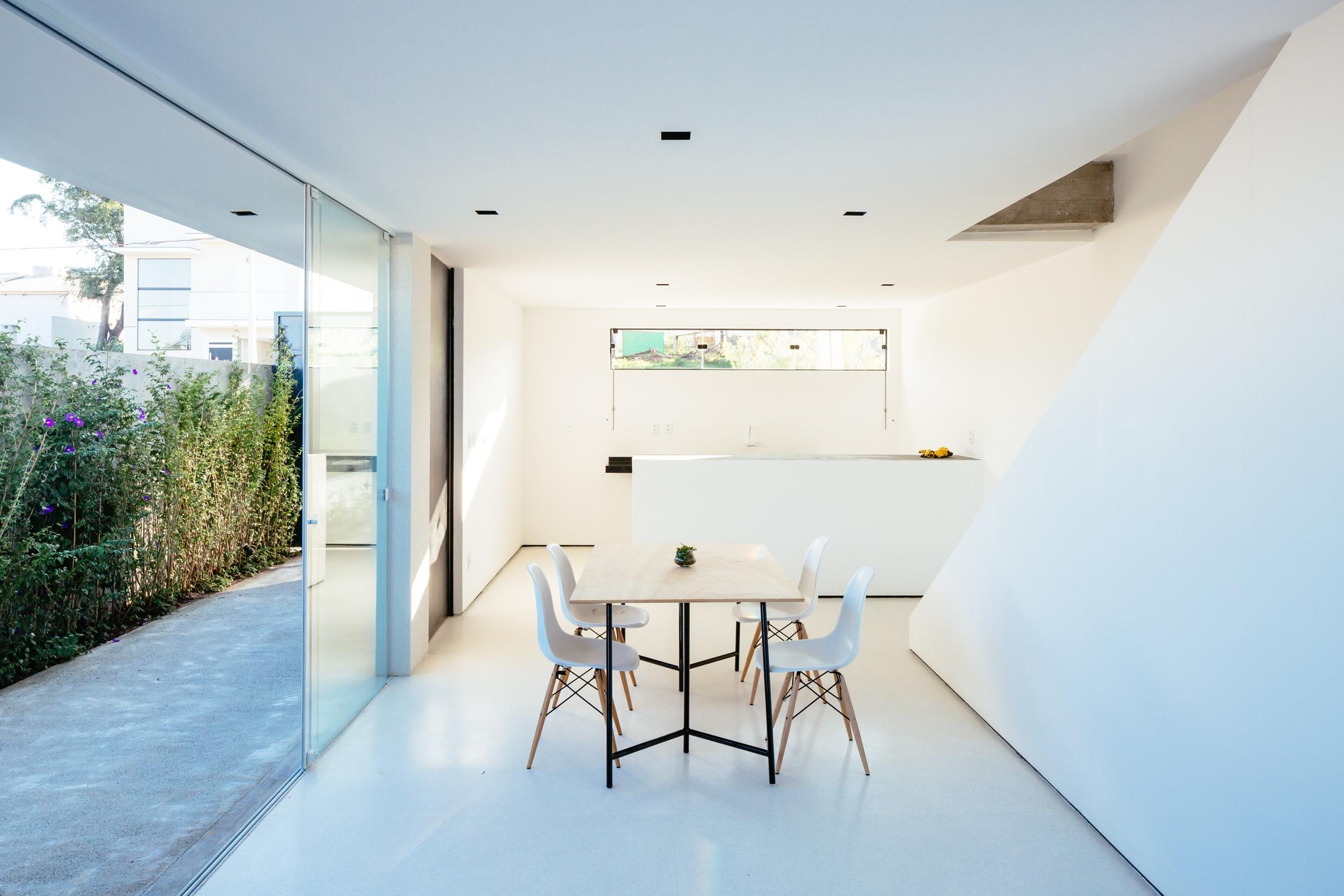 Sencilla casa de dos pisos con planos y dise o de for Ambientes minimalistas interiores