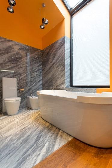 Diseño de cuarto de baño moderno a dos c olores