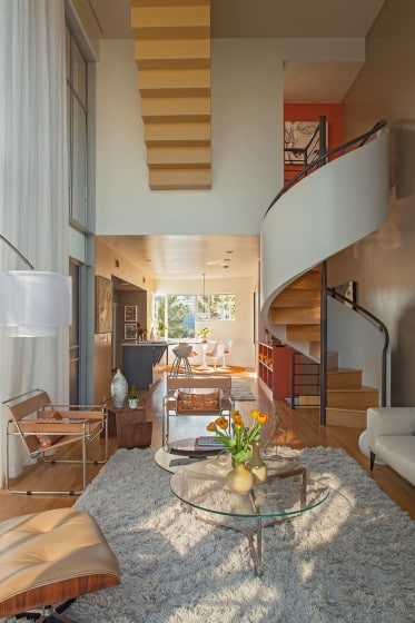 Diseño de escalera caracol moderna ubicada en sala