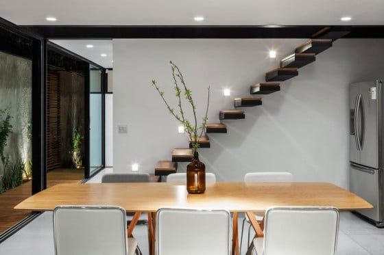 Dise o de casa larga y angosta con planos y fachada for Cuarto 4x4 metros