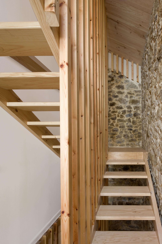 Dise o de casa r stica de piedra planos construye hogar for Como trazar una escalera de madera